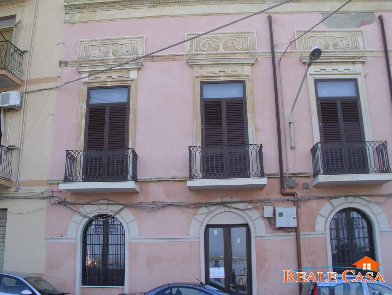 2 appartamenti per uso ufficio di mq 140 su 2 livelli for Appartamenti a 2 livelli